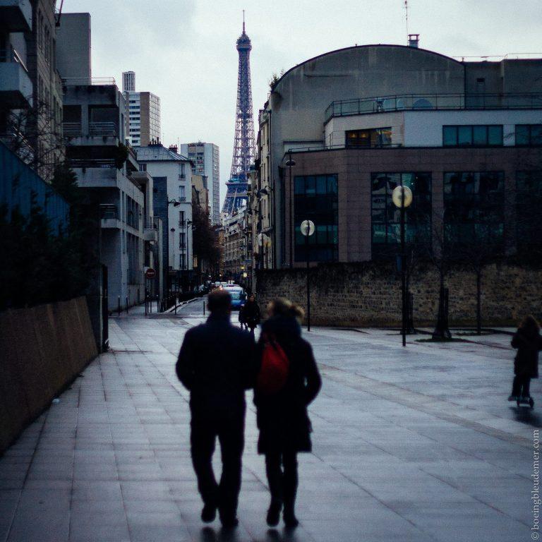 Deux amoureux avec la Tour Eiffel en arrière plan