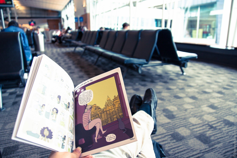Lecture de BD à l'aéroport