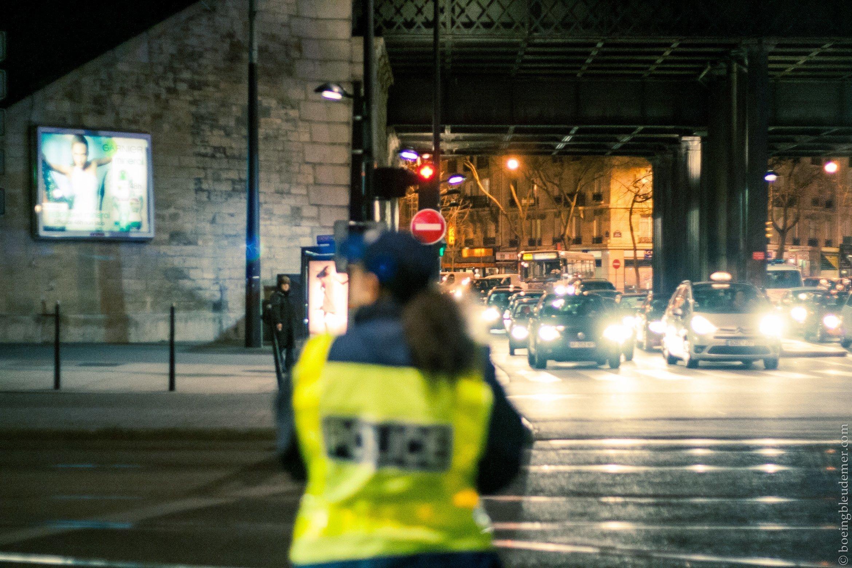 Circulation sous l'oeil d'une policière dans Paris (15e)