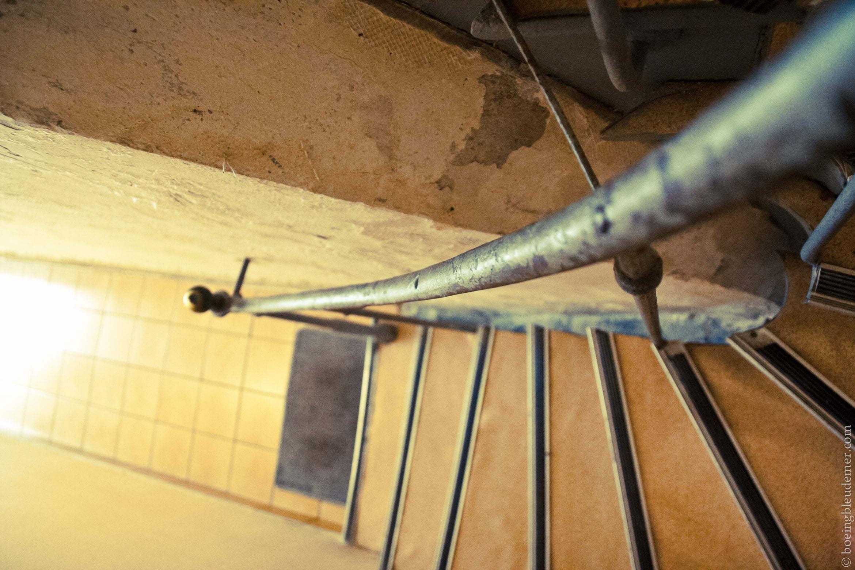 Escaliers délabrés à Paris