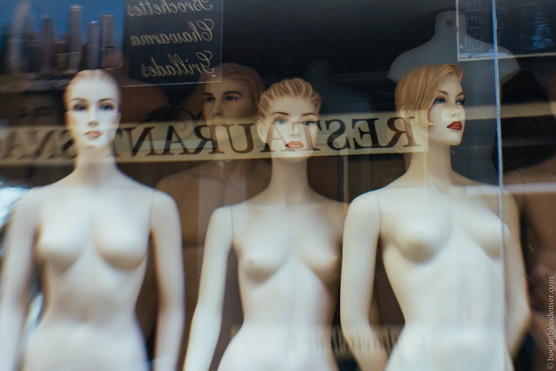 Mannequins dans une vitrine du Sentier, Paris