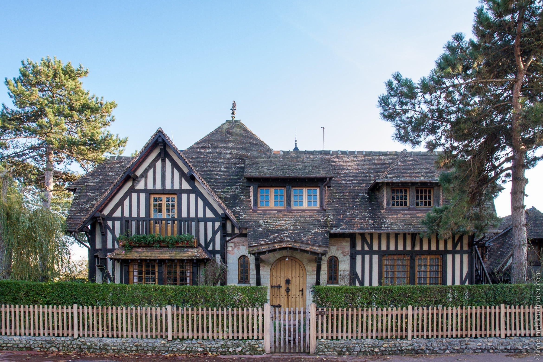 Un weekend à Deauville: maison avec toit en chaume