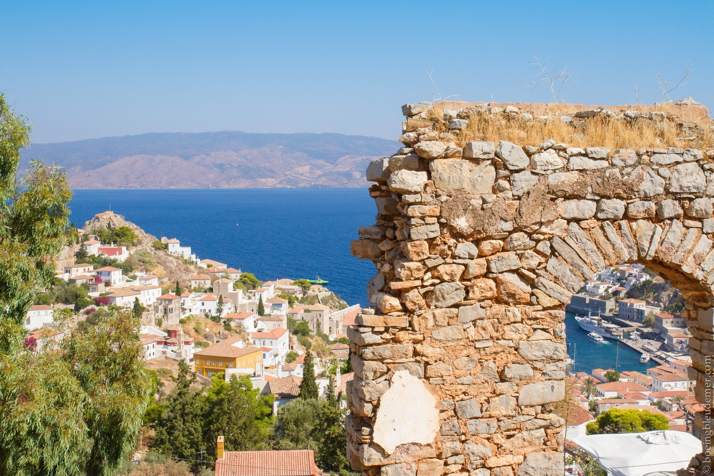 Pittoresque île d'Hydra: ruines et mer