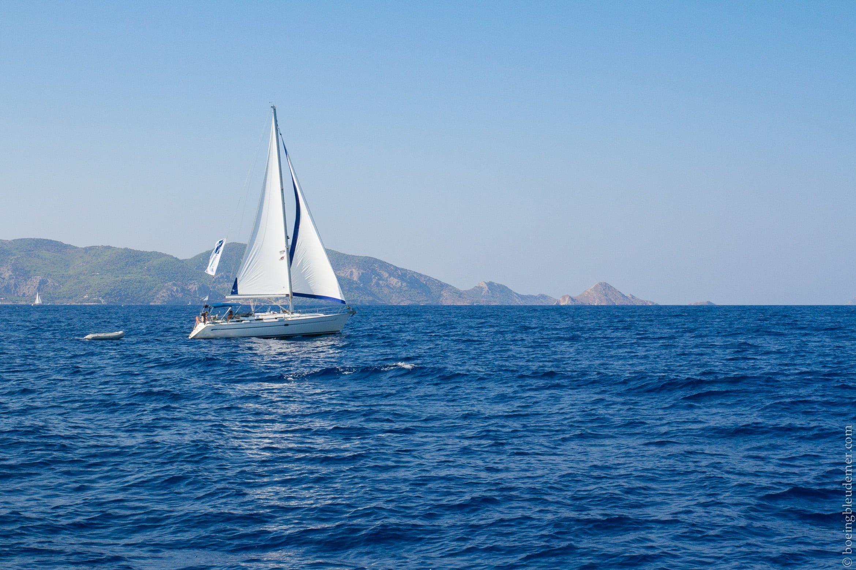 Pittoresque île d'Hydra: voilier dans les îles grecques