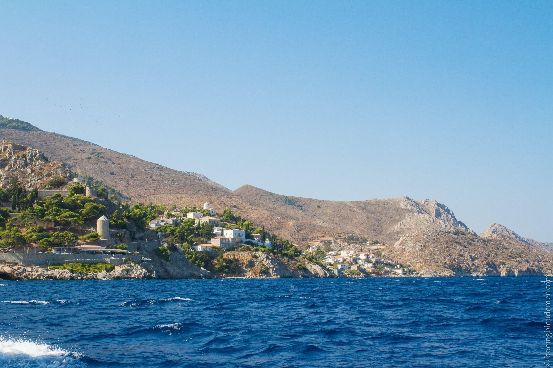 Pittoresque île d'Hydra: vue au large