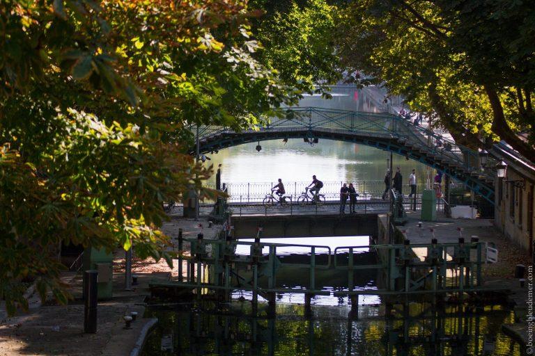 week-ends oisifs des parisiens: vélos sur un pont