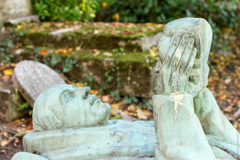 Statue de bronze au Père Lachaise