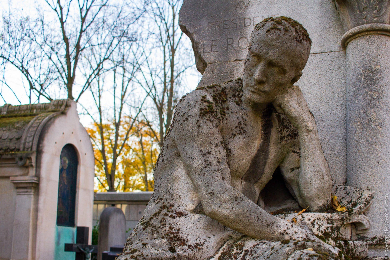 Statue de pierre au cimetière du Père Lachaise