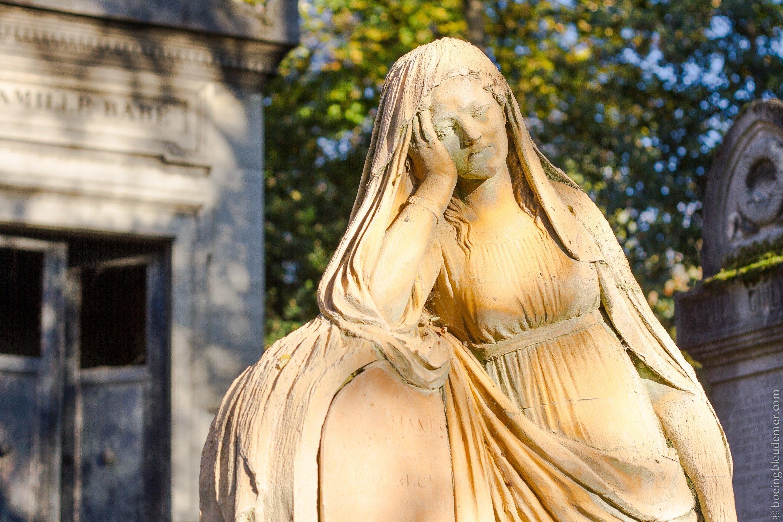 Statue de terre cuite sur tombe du Père Lachaise