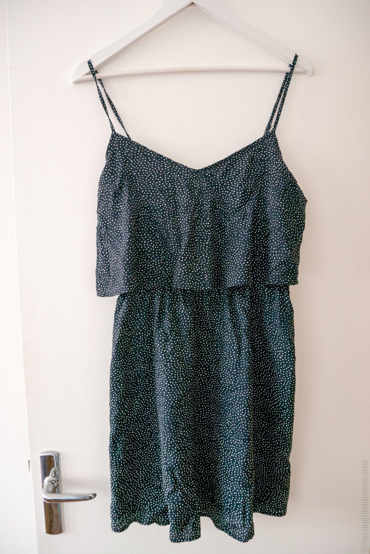 Un volant sur une robe permet de faire passer inaperçu une poitrine libre. (H&M)