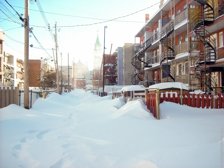 Ruelle bordée de neige du quartier Hochelaga-Maisonneuve à Montréal