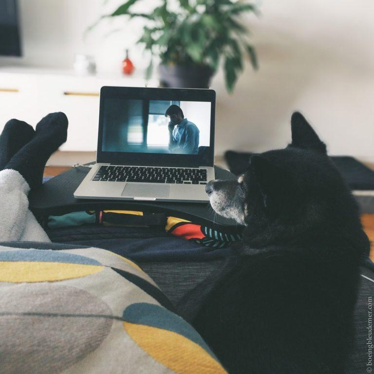 Akira et Cynthia regardent une série