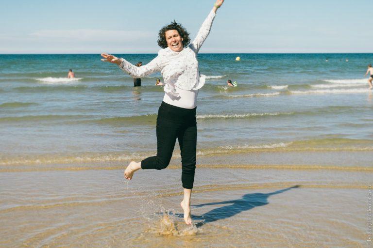 Cynthia libre à la plage