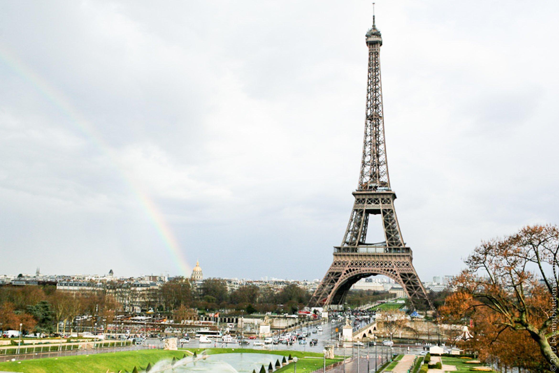 Tour Eiffel avec un arc-en-ciel