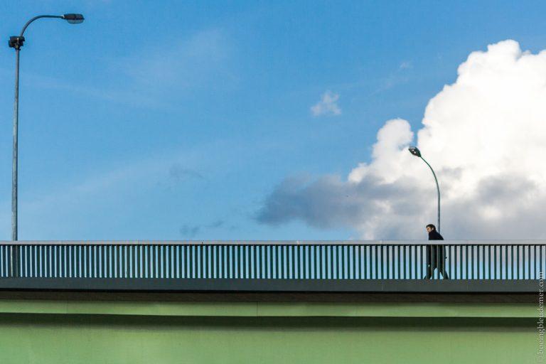 Passant sur un pont à Paris